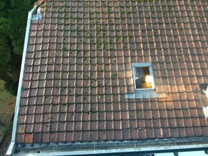 Plaatsing van een Velux raam op zolder ter vervanging van een defect en oud plastic klapraam.